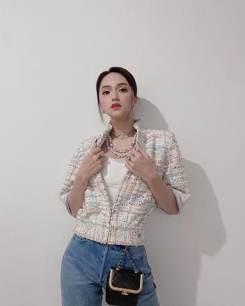 Khi diện áo thun cùng quần jeans, Hương Giang giúp mình cuốn hút hơn với áo vải tweed và bộ phụ kiện vòng cổ, túi mini của Chanel.