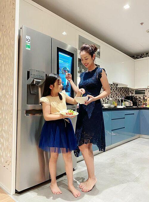Khoảnh khắc hạnh phúc bình yên của Jennifer Phạm bên con gái.