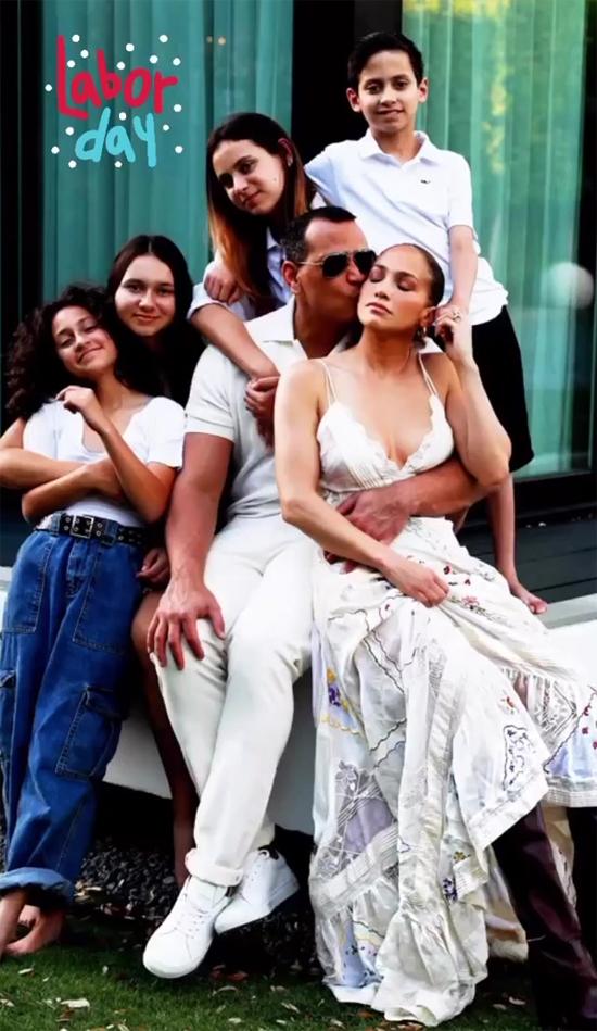 Nhân ngày lễ Lao động Mỹ (7/9), gia đình Jennifer Lopez chụp ảnh kỷ niệm cùng nhau. Cầu thủ Alex ôm Jennifer trong vòng tay trước hiên nhà. Hai con gái của Alex ngồi giữa, cặp song sinh 12 tuổi của J.Lo ngồi hai bên.