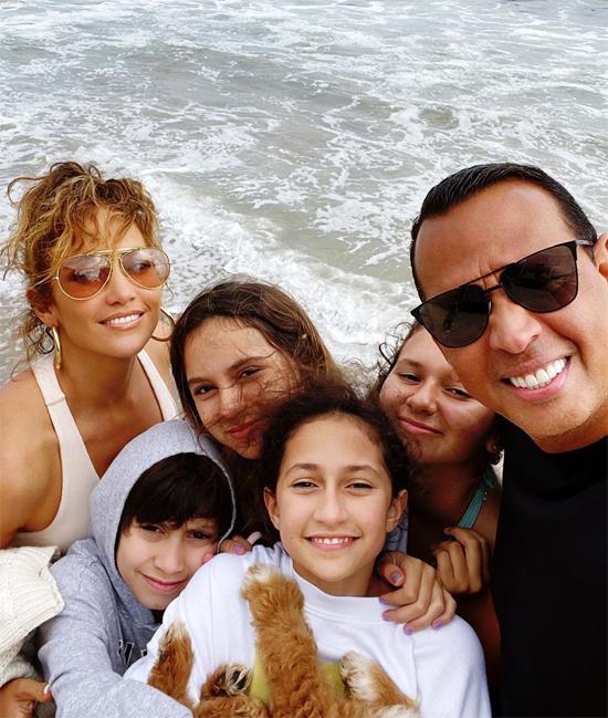Giọng ca On The Floor có hai người con với chồng cũ - ca sĩ Marc Anthony. Alex Rodriguez cũng là người chăm sóc chính cho hai con gái Natasha 15 tuổi và Ella 12 tuổi sau khi ly hôn vợ cũ Cynthia năm 2008. Bởi vậy hiện tại cặp sao cùng nhau chăm bốn người con.