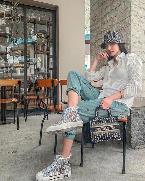 Cách mix-match trang phục đơn giản với quần jeans và áo sơ mi biến tấu của Lan Khuê rất dễ áp dụng. Bên cạnh đó, các nàng sành điệu có thể chọn phụ kiện đồng bộ từ mũ rộng vành, túi xách đến giày đế bệt để tạo điểm nhấn cho set đồ.