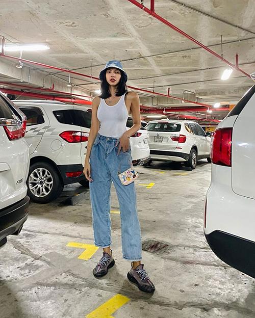 Các mẫu áo ôm sát body, quần jeans boyfriend, giày thể thao như Minh Triệu phù hợp với bạn gái vóc dáng lý tưởng.