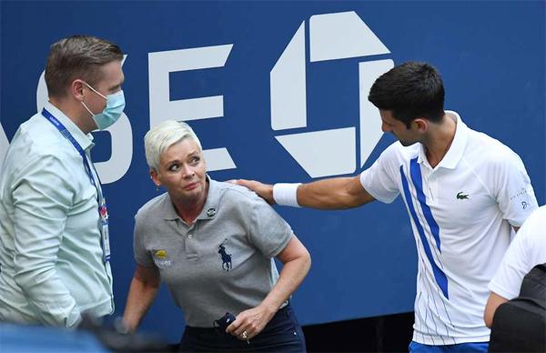 Djokovic thăm hỏi trọng tài dây sau khi sự cố vô tình đánh bóng vào người vị trọng tài. Ảnh: GMS.