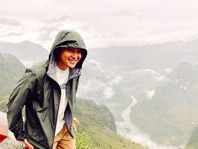 Ca sĩ Quang Vinh thích thú khi khám phá khung cảnh hùng vĩ của Mã Pì Lèng (Hà Giang).