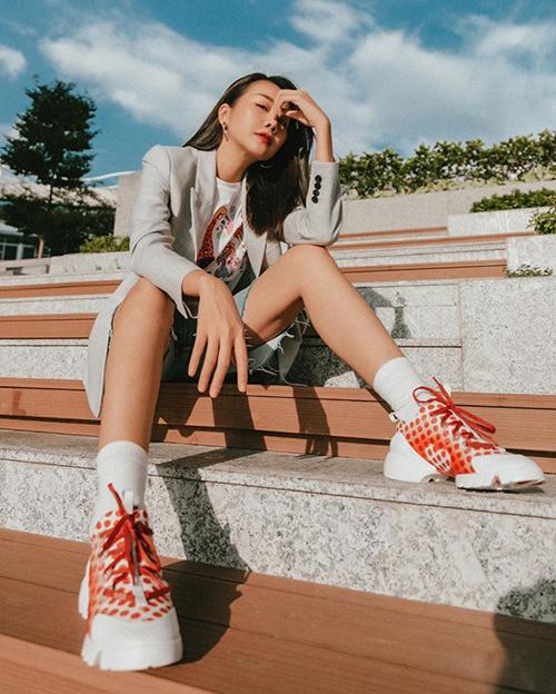 Jeans là trang phục khá phổ biến và không lỗi mốt. Trong xu hướng thời trang mới dù xuất hiện nhiều trend khác nhau, quần jeans vẫn được lòng Thanh Hằng và các người đẹp Việt.