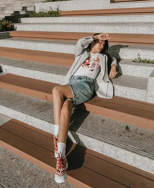 Set đồ vừa tôn nét thanh lịch vừa năng động của Thanh Hằng được mix-match ấn tượng giữa quần short jeans, giày thể thao, áo thun và áo blazer.