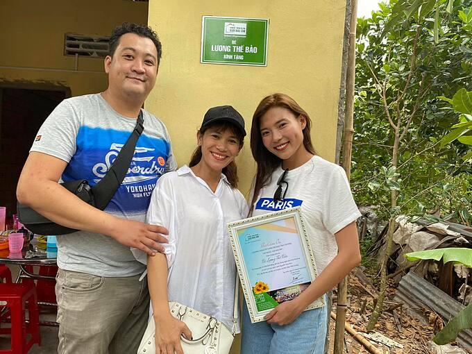 Thúy Diễm hạnh phúc khi thay mặt con trai Lương Thế Bảo tặng hai căn nhà tình thương cho các gia đình khó khăn tại tỉnh Tiền Giang, quê hương của ông bà nội bé.
