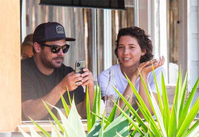 Ngày 5/9, Zac Efron và Vanessa được trông thấy bên nhau tại quán cafe ở Lennox Head, New South Wales. Nam diễn viên không che giấu niềm hạnh phúc khi hẹn hò trở lại sau một thời gian dài độc thân.