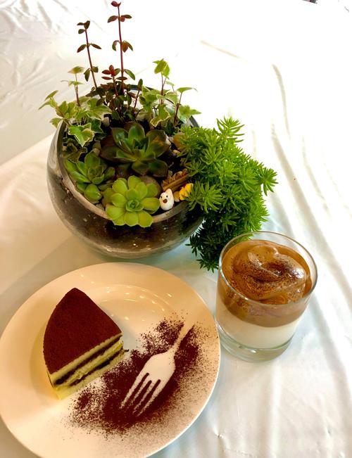 Món bánh tiramisu được nữ ca sĩ trình bày đẹp mắt, uống cùng với dalgona coffee - thức uống hot trên mạng gần đây.