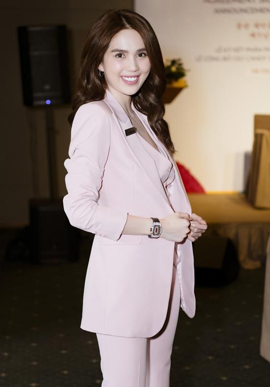 Ngọc Trinh diện cây vest hồng, đeo đồng hồ hàng hiệu đến sự kiện này. Cô cũng là CEO một công ty trực thuộc tập đoàn mà Hương Giang vừa gia nhập.