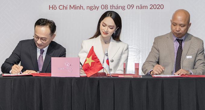 Hương Giang ký kết hợp tác cùng các đối tác Việt Nam và Hàn Quốc.