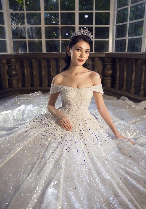 Thùy Dung mới có dịp hóa thân thành cô dâu trong một bộ ảnh thời trang giới thiệu váy cưới cuối năm. Mẫu đầm mà người đẹp diện có phom dáng xòe phồng, được điểm hạt đá, pha lê lấp lánh dọc thân.