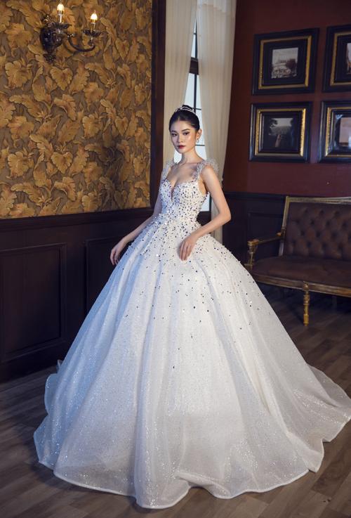 Phom dáng váy xòe phồng nhờ tùng cỡ lớn. Tùng váy hiện đại giúp cô dâu có thể dễ dàng đứng, ngồi, không gặp khó khăn khi sử dụng.