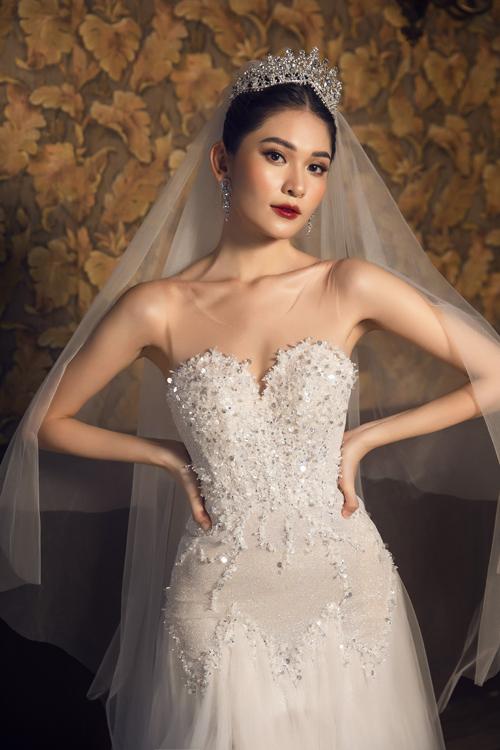 Vô số hạt đá, pha lê và cườm dọc thân giúp hoàn thiện mẫu váy trong mơ của cô dâu.