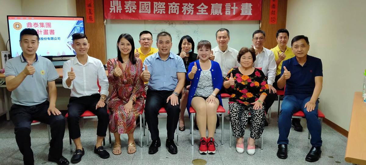CEO Hoàng Thảo (thứ ba từ trái sang) và các cổ đông của tập đoàn tại Đài Loan.