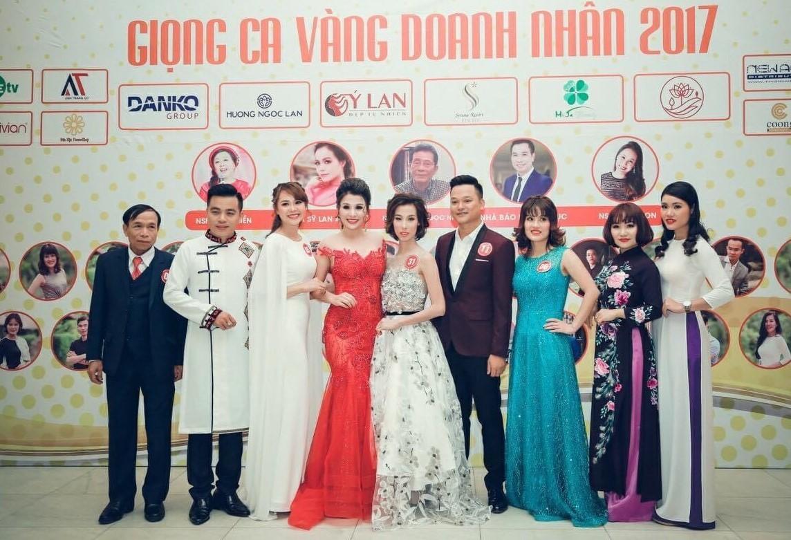 Hoàng Thảo (thứ ba từ trái sang) tham gia chung kết Giọng ca vàng doanh nhân 2017.