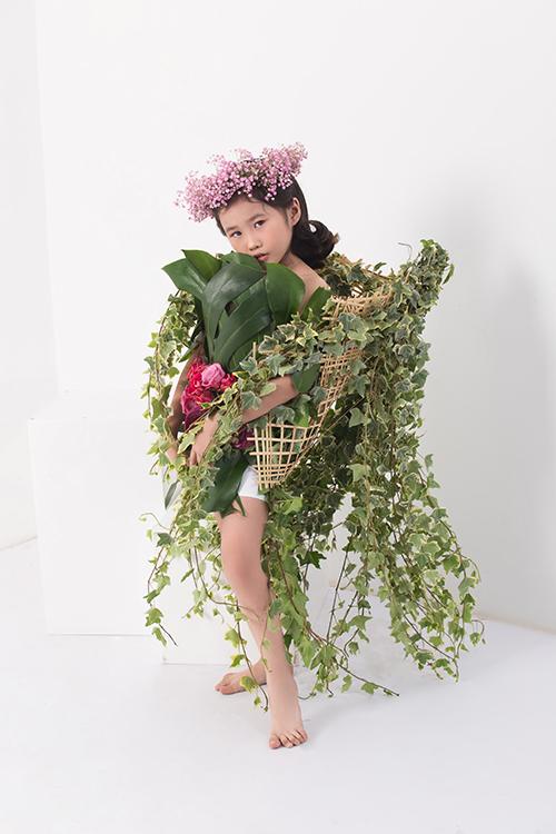 Để tạo sức hút cho chủ đề lần này, các mẫu nhí đã được thiết kế riêng những bộ trang phục từ hoa tươi.