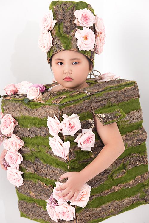 Lần đầu tiên được mặc những bộ cánh làm từ hoa tươi, các mẫu nhí vô cùng thích thú và say mê tạo dáng để có được tấm ảnh đẹp.