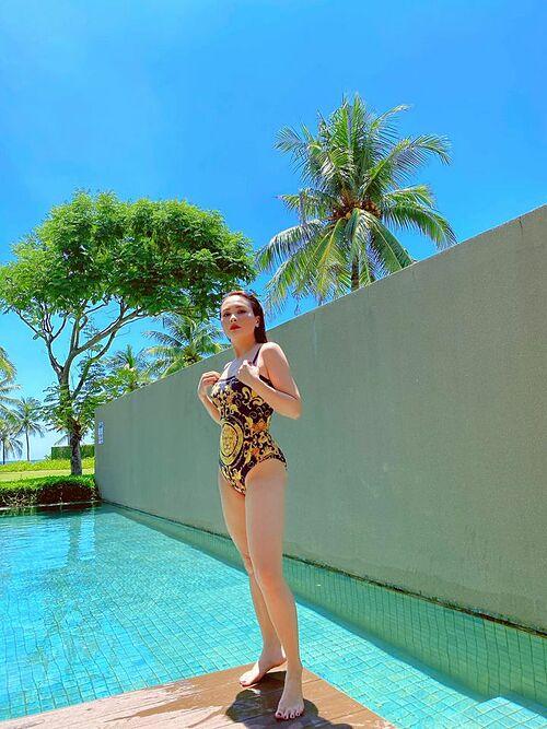 Bảo Thanh khoe dáng với áo tắm bên hồ bơi.
