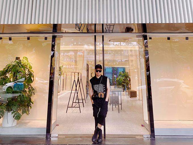 Nhà tạo mốt 8X đứng trước showroom đầu tiên ở Hà Nội của thương hiệu thời trang mới.