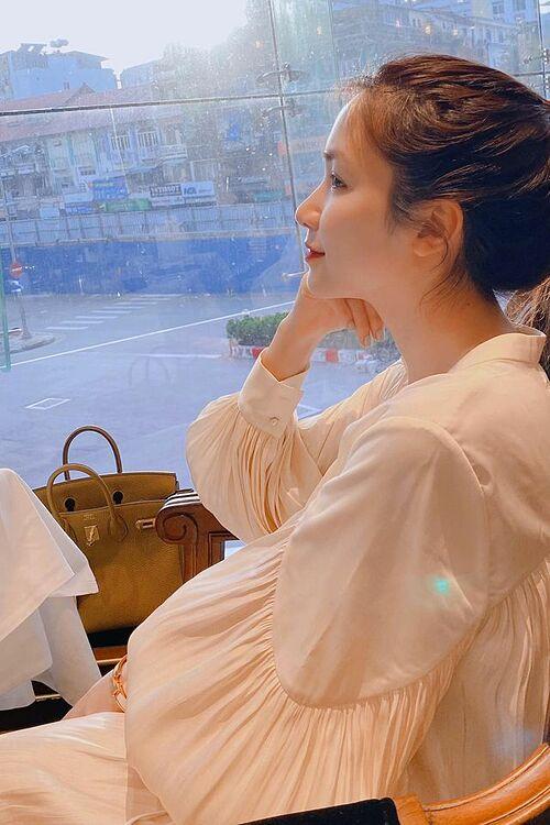 Hòa Minzy pose ảnh với góc nghiêng khoe khéo mũi cao.
