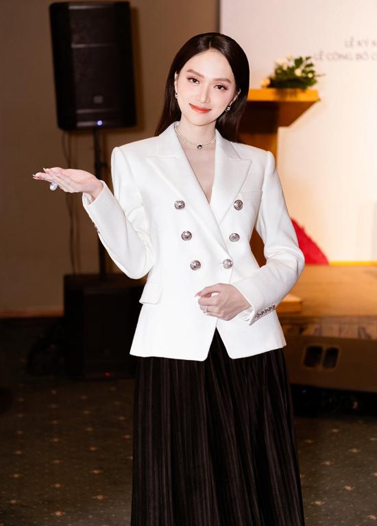 Hương Giang mặc thanh lịch tới buổi ký kết hợp tác với một nhãn hiệu mỹ phẩm của Hàn Quốc.