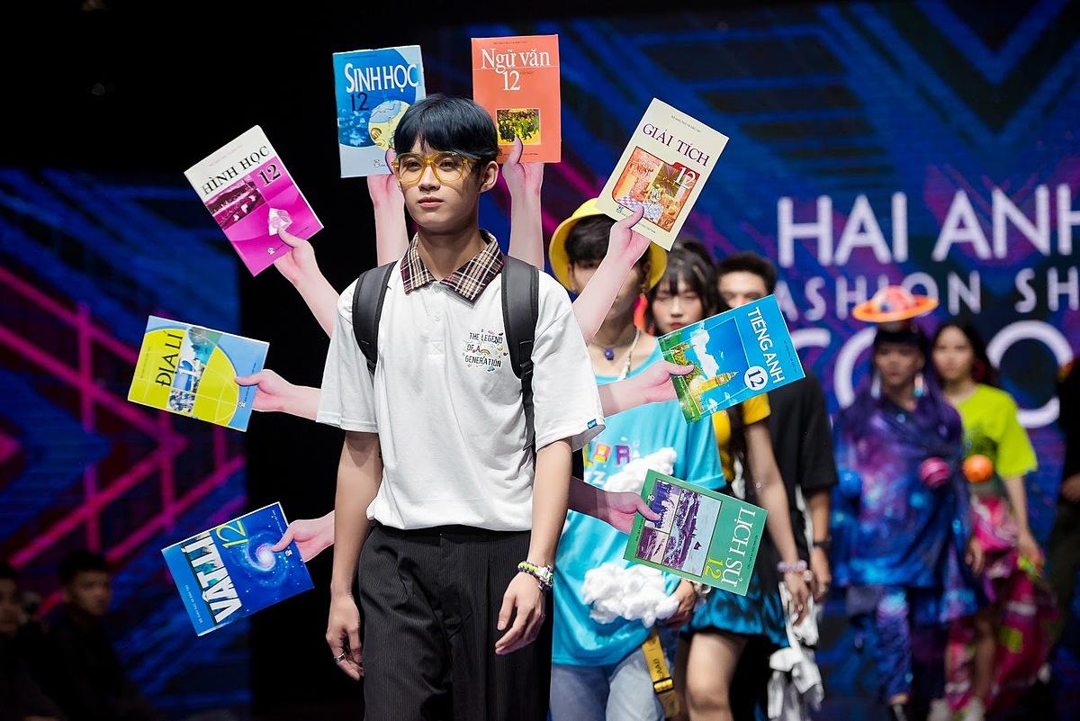Với chủ đề Color of Z, nhà thiết kế trẻ An Thịnh thể hiện tinh thần của nhiệt huyết của thế hệ Z qua những sắc màu cá tính.