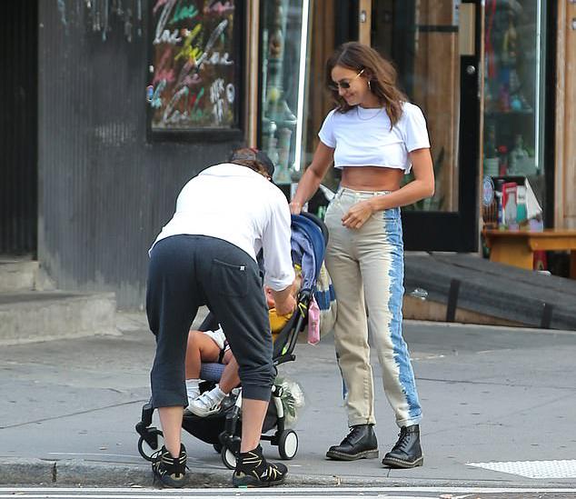 Bradley ôm hôn con gái trước khi rời đi. Trong khi đó, Irina đứng bên mỉm cười hạnh phúc.