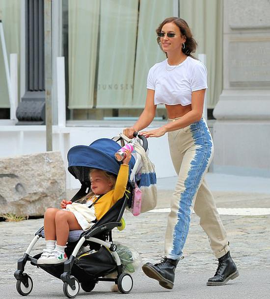 Irina và Bradley san sẻ việc nuôi con, thường xuyên gặp gỡ để đưa đón con. Cặp sao cũ cũng từng được trông thấy đi ăn tối cùng nhau và chào hỏi thân mật trên thảm đỏ.