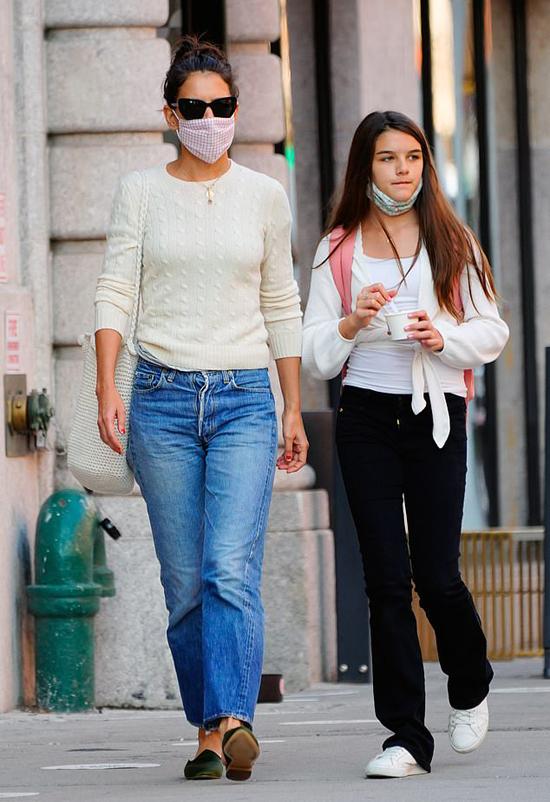 Katie Holmes đeo kính râm, bịt khẩu trang kín mít tránh dịch trong khi Suri vừa đi vừa ăn kem.