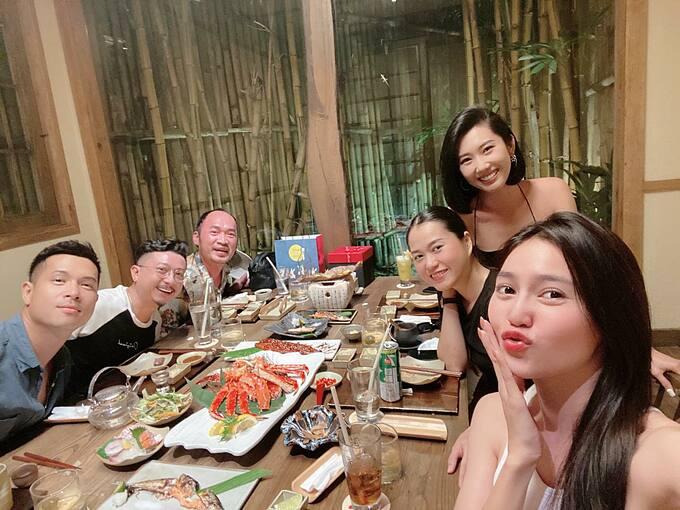 Vợ chồng Lâm Vỹ Dạ - Hứa Minh Đạt tụ tập ăn uống cùng Ninh Dương Lan Ngọc, Thúy Ngân, Tiến Luật, Trương Thế Vinh.