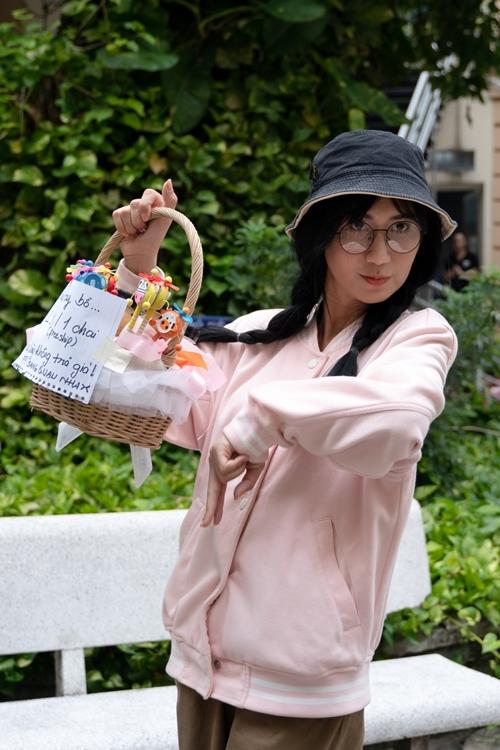 Nhiệm vụ của cô là xách giỏ đựng các chai nước giải khát và mời chào các bạn sinh viên với giá bán tăng lên theo từng vòng.