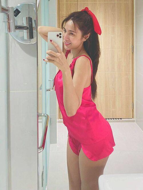 Bà xã Công Vinh tiết lộ thuộc team mê màu hồng. Trong ảnh, Thủy Tiên để mặt mộc và diện đồ ngủ mới mua nhưng fan chê bộ đồ làm xấu cả người.