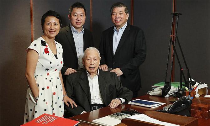 Tỷ phú Chang Yun Chung (ngồi) cùng 3 con (từ trái sang) Lisa Teo, Teo Choo Wee và Teo Siong Seng. Ảnh: Straits Times.