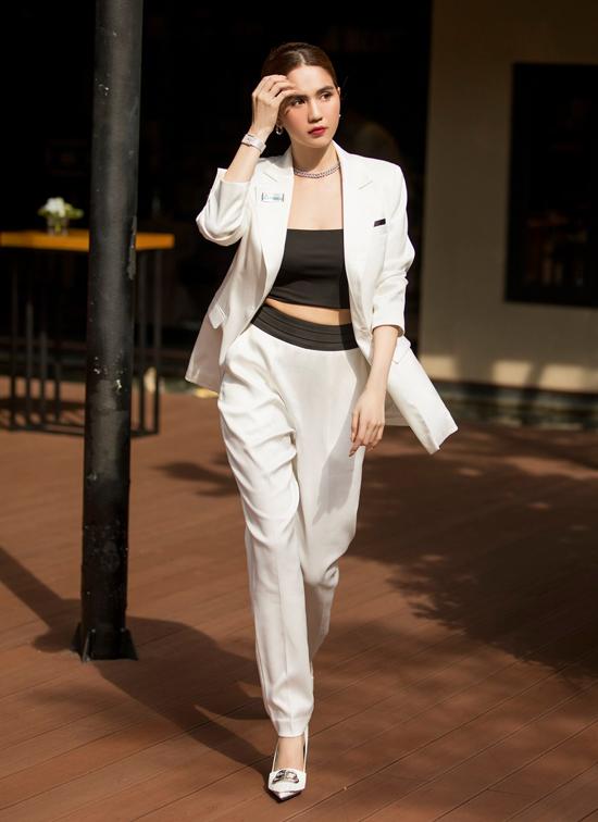 Cô đeo đồng hồ hàng hiệu, kết hợp các phụ kiện tinh tế tôn thần thái một nữ doanh nhân.