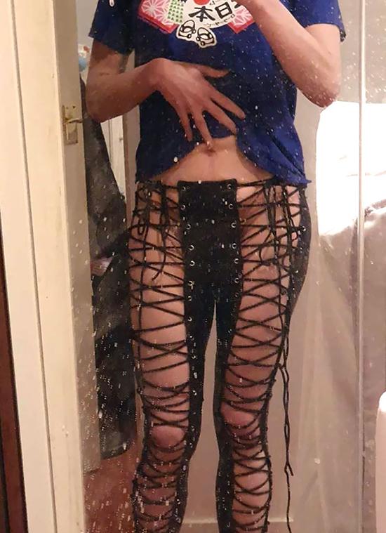 Cô gái hết hồn vì chiếc quần đan dây thực tế lộ liễu hơn hẳn so với mong đợi.