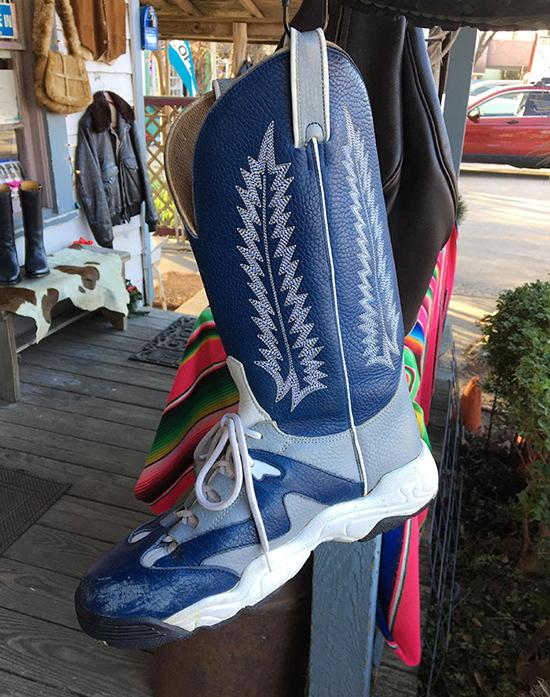 Một sản phẩm lai giữa boots cao bồi và giày thể thao.