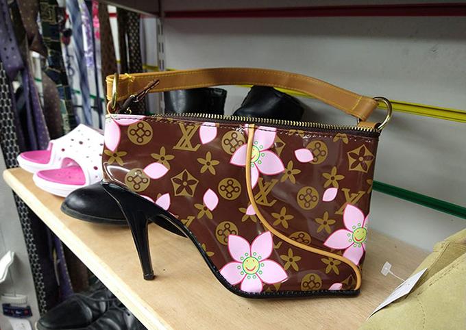 Một khách hàng thắc mắc: Đây là chiếc giày hình túi hay chiếc túi hình giày?.