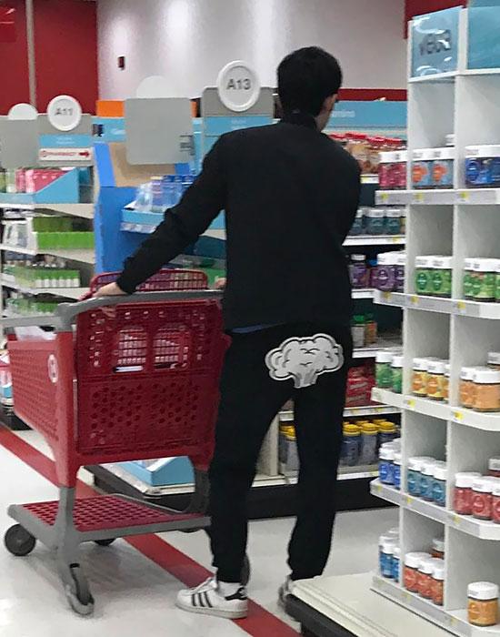 Người đi phía sau không khỏi băn khoăn về hình in trên mông quần của anh chàng này.