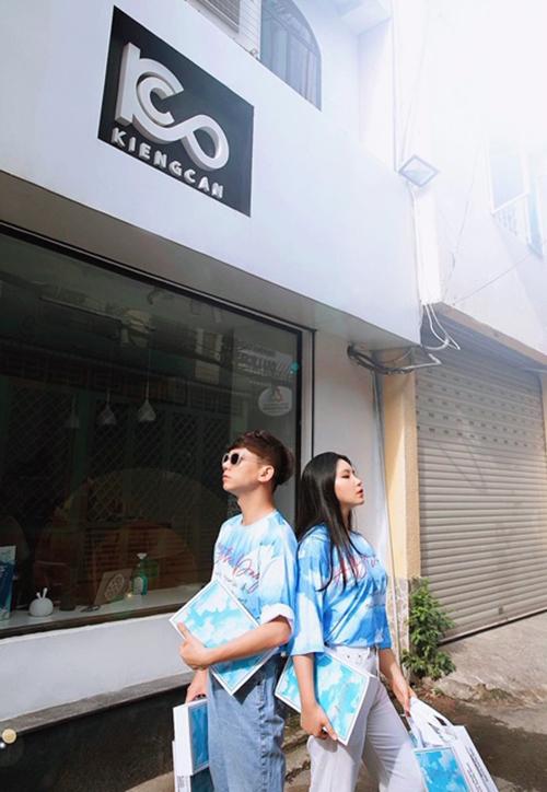 Nhiếp ảnh gia Kiếng Cận và người mẫu Vương Hân hào hứng khoe dáng với áo thun thiện nguyện.