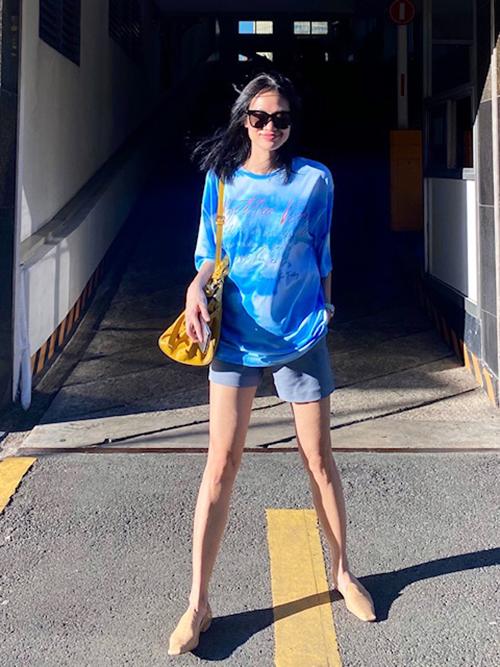 Fashionista Thanh Trúc Trương vốn mê váy áo điệu đà khi xuống phố cũng chọn áo thun bình dân để ủng hộ chương trình.