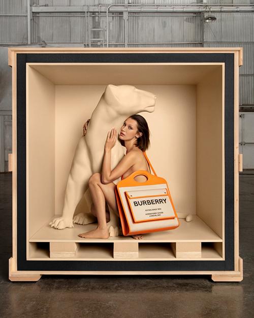 Bella Hadid Bella Hadid là lựa chọn của Giám đốc Sáng tạo Riccardo Tisci cho chiến dịch quảng cáo túi xách đầu tiên cho Burberry .
