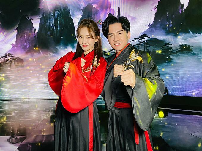 Ca sĩ Đan Trường và Hari Won tại hậu trường khi tập bài hát.