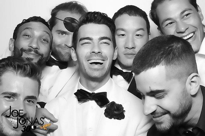 Emilio (phía trên bên phải) dự tiệc cùng ca sĩ Joe Jonas và bạn bè nghệ sĩ.