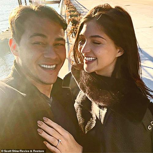 Rachel Emmons khoe nhẫn đính hôn với Emilio vào năm ngoái.