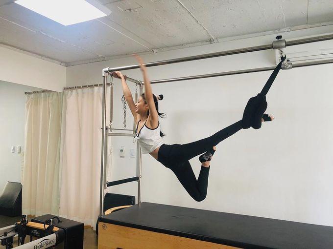 Jennie nhóm Black Pink tập yoga bay, pilates giữ eo 50 cm