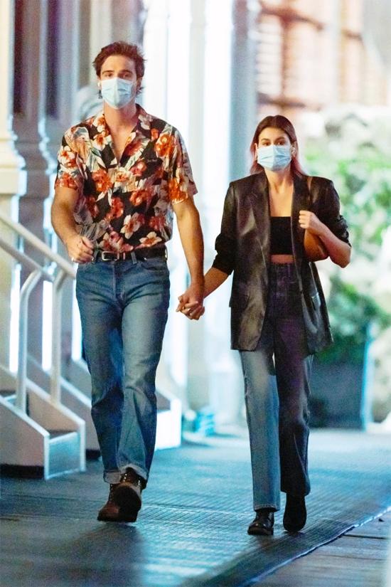Kaia Gerber và Jacob Elordi đeo khẩu trang y tế, dạo bộ đến nhà hàng vào tối thứ ba. Cặp sao nắm tay công khai sau một tuần bị đồn hẹn hò.