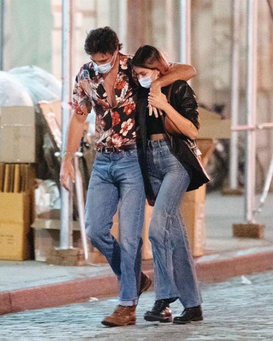 Jacob và Kaia trông rất đẹp đôi bên nhau khi cùng mặc đồ jean, đi giày da.
