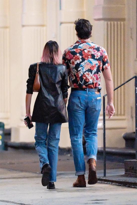 Là một siêu mẫu có chiều cao chuẩn 1,75 m, Kaia Gerber vẫn nhỏ bé bên bạn trai mới. Jacob Elordi cao tới 1,96 m. Tài tử xứ chuột túi sở hữu vóc dáng cân đối như một người mẫu.