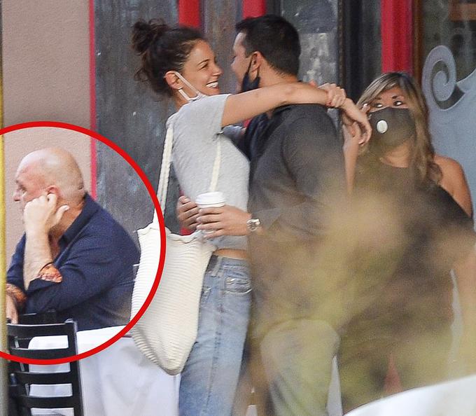 Bố của Emilio (trái) - chủ nhà hàng - né mặt khi con trai âu yếm bạn gái mới.